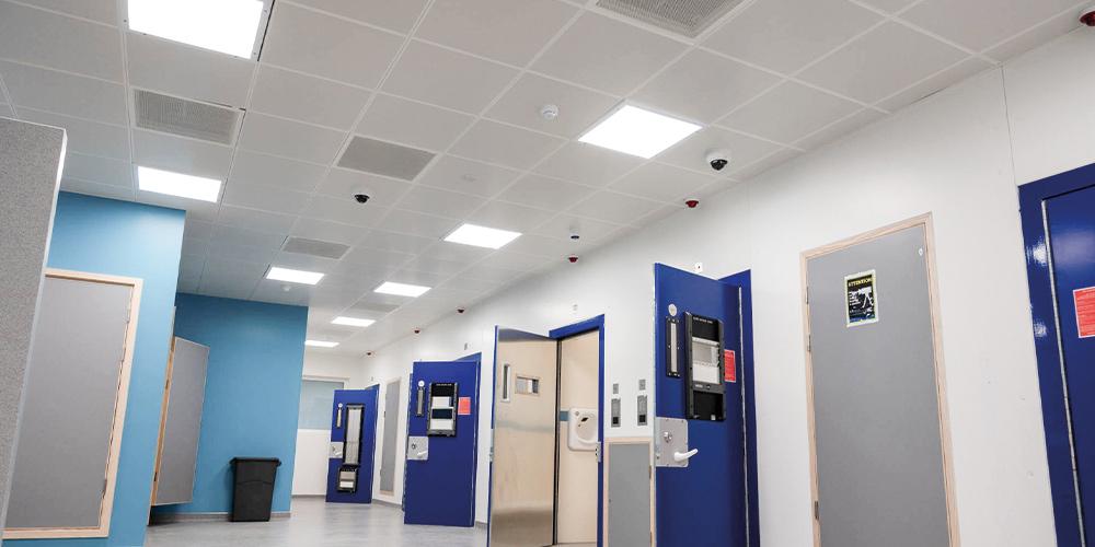 Sichere Beleuchtung für Polizeistationen und Gerichtsgebäude