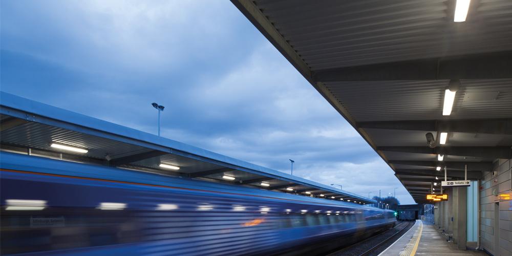 Überdachte Bahnsteige beleuchten blendfrei