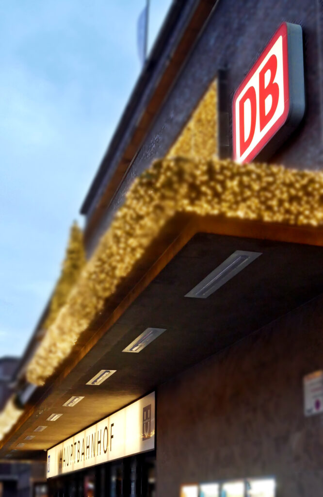 Außenfassaden Vordächer und Vorplätze von Bahnhöfen sicher beleuchten
